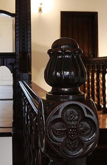 建具や手すりの彫刻など・・・館内はまさに芸術作品のよう。