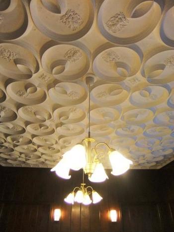 上を見上げると、美しい天井装飾が。