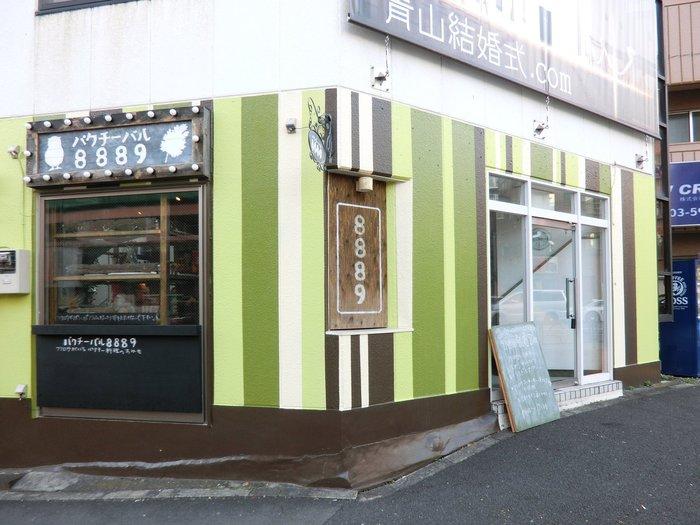高田馬場のふくろうカフェをご紹介。緑のカベが印象的な「パクチーバル 8889」。店名からお気づきの方もいるかと思いますが、パクチー料理が味わえるお店です。