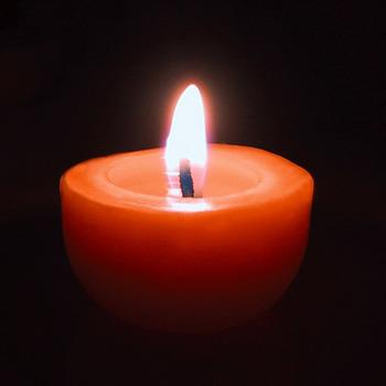 ゆっくりと完全燃焼するため、ロウ涙が垂れににく、ススや煙が少ないことが挙げられます。香りを主張するアロマキャンドルとは異なり、ほのかな甘い香りがあります。  また、キャンドルを灯すとマイナスイオンが発生し、ヒーリング効果やアレルギーを抑制する作用があるともされています。マザー・テレサの活動中、喘息の持病を持つ子どもたちの部屋にミツロウキャンドルを灯すと、症状が和らいだとする記録が残っています。
