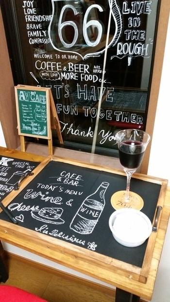 """セリアの""""黒板""""は、アイデアが湧き出てくるグッズ。リメイクとは異なりますが、このアイデアは見逃せない。ワインやチーズをのせるプレート代わりに。ワインやチーズの名前を書いておけば、話が弾んで楽しくなる。"""