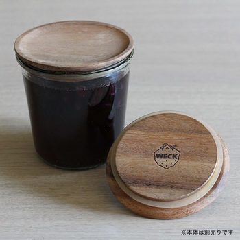 ウッディーなデザインのインテリアには、木ふたをチョイス。 あっという間にナチュラル感が倍増します。 さあ、このかわいらしい小瓶には何を入れようかしら。 考えている間すら楽しい時間に早変わりです。