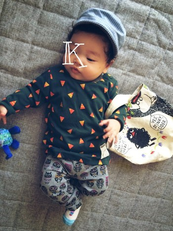 北欧風の三角模様がおしゃれなTシャツ。 小さい子の柄×柄コーデは何とも言えない魅力があります。