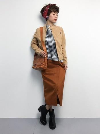 どうしてもモノトーンが多くなりがちな秋冬の装いも、アウターに明るい色のレザージャケットを選ぶだけで、軽やかで女性らしい印象をプラスしてくれます。