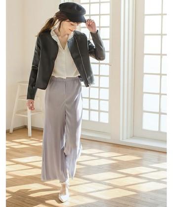 とろみ系素材のフェミニンなアイテムを、ノーカラーのブラックのレザージャケットで引き締めた甘辛スタイル。