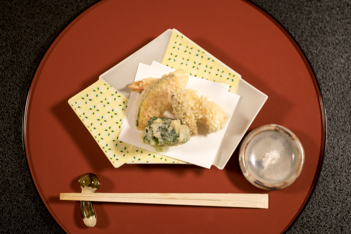 揚げ物の下に油取りとして敷いて紙ナプキン的に使えます。竜田揚げが美味しそうです♩