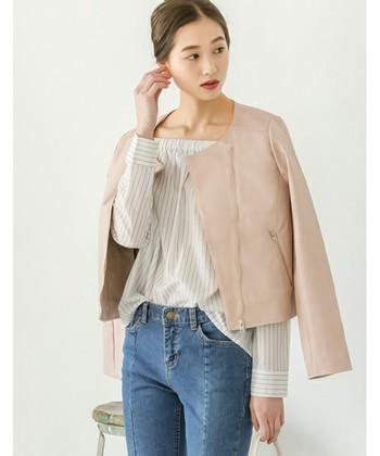 思わず一目惚れのジャケットは春色もご用意。柄物を引き立て、シンプルな装いなら個性をプラスしてくれるフェイクレザージャケットです。