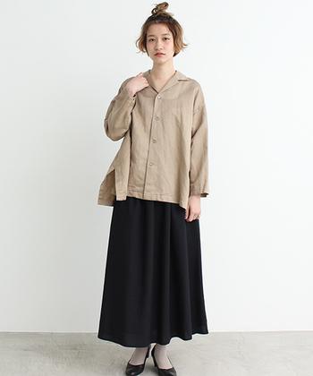やさしいベージュのオープンカラーシャツにフレアスカートを合わせたクラシカルスタイル。シャツをタックアウトさせてラフなバランスに仕上げるのがポイントです。