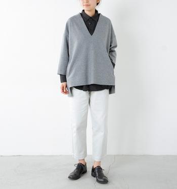 白のパンツにブラックのシャツとグレーのプルオーバーを合わせたモノトーンコーディネート。黒の見える面積を減らしてバランスを取っています。さらに、アンクル丈で足首を見せることで、重たく見せない技ありコーデです。