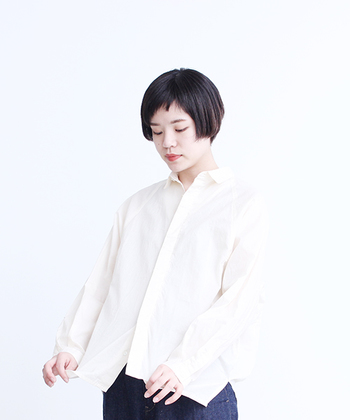顔の輪郭がシャープな人や、えらが張った「ベース型」の人は、スタンダードカラーやボタンダウンカラーなどの直線的な襟の形がおすすめです。
