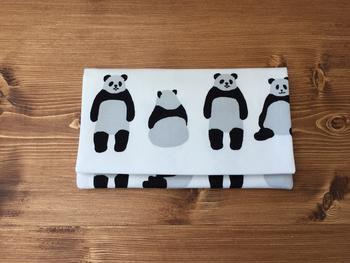 ユニークなパンダ柄は、ハンドメイドによるもの。小さいサイズなので、自分の好きなテキスタイルでオリジナルを制作してみるのも良いですね!
