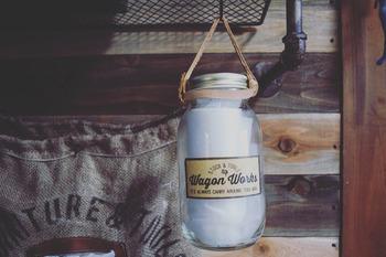 セリアのウェットティッシュを《アルミ蓋付き瓶》に入れ替えて、革ひもをつけたウェットティッシュボックスです。