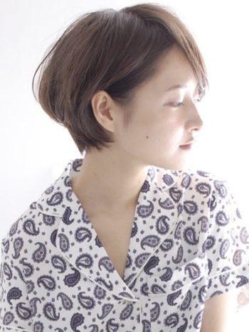 小顔効果もある、シンプルなシルエットが美しいショートヘア。後頭部をふんわりと仕上げて。