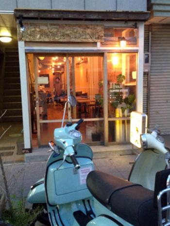 お店は、静岡県静岡市にあります。 2011年にリニューアルオープンした店舗は、木目が見える温かみのある内装。