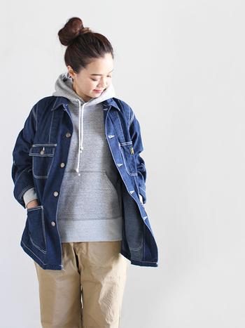 そもそも「カバーオール」とは、丈夫で長持ちするワークジャケット(作業着)のことを指します。英語での「カバーオール」は「つなぎ」を指しますが、日本のファッションショップでは、Gジャンの裾を長くした丈夫な素材で作られたジャケットのことを指すんです。ワークジャケットなのでデニム地やヒッコリー生地などの素材で作られているものが多いのですが、最近では多種多様な素材やデザインのカバーオールが多く見られます。