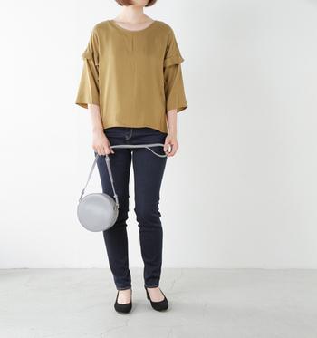 ネイビーを大人っぽくフェミニンに着こなしたいときはマスタードカラーがおすすめ。この2色は補色の関係なので、お互いを引き立て合う効果があるんです。
