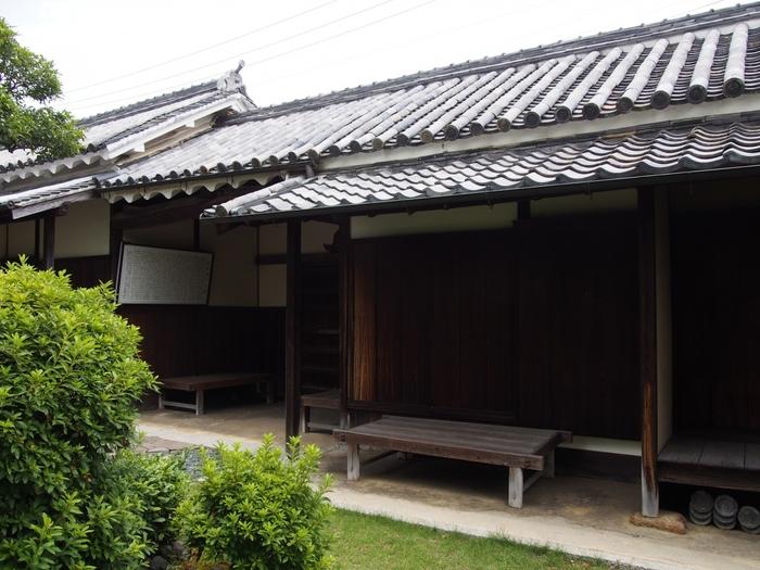 江戸時代、西国の大名たちの参勤交代、西国から京への上洛する街道として賑わった西国街道沿いには、赤穂浪士の一人として名高い萱野三平の旧邸があります。長屋門、白い漆喰、土塀の一部と周囲の古い屋敷が続く家並みは、江戸時代の面影を色濃く残しています。