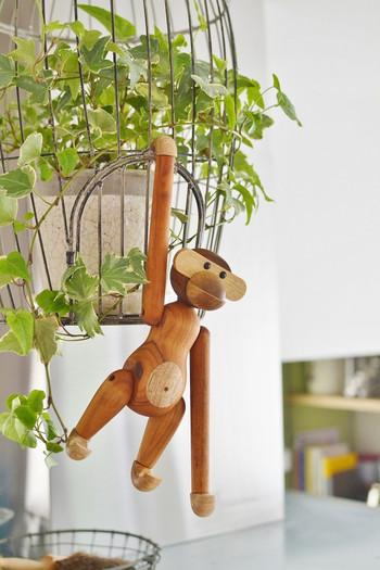 大人から子どもまで魅了する木製のおさるさん。誕生から60年以上経った今でもモダンな愛らしさは健在です。