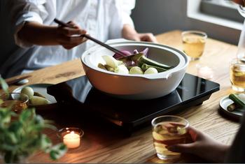 実は、鍋料理以外にも色々と活躍してくれるんですよ。今回は、定番のお鍋のレシピをはじめ、ごはん、煮込み料理、スイーツなど『土鍋』を使った活用レシピをご紹介します。