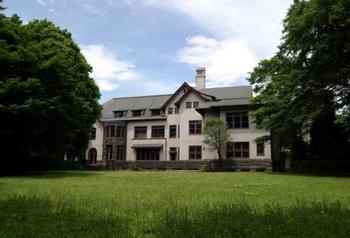 細川家第16代当主・細川護立によって昭和11年(1936年)に建てられまれした。英国チューダー様式を基本とし、大森茂、臼井弥枝が設計。東京都指定有形文化財に指定された3階建ての華族邸宅です。  建物だけでなく、庭園も指定有形文化財に指定されています。広大な芝生の庭園を利用したガーデンでの挙式は、都心のど真ん中にいることを忘れてしまいそう!
