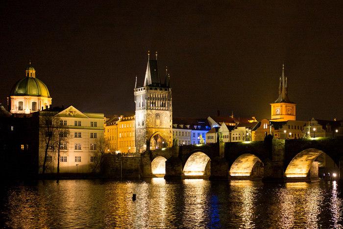 夜になるとライトアップされたカレル橋が壮麗な姿を見せてくれます。灯りにともされた石造りのアーチ橋が、闇夜に浮かび上がる様は幻想的で、いつまで眺めていても飽きることはありません。