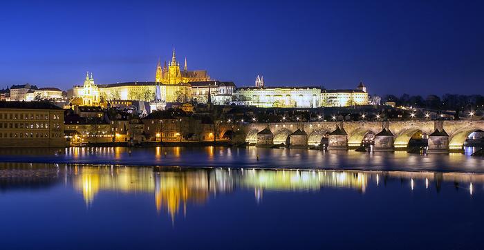 夜になるとプラハ城はライトアップされ、日中とは魅力で輝きます。築城から1000年以上もの時間を経た今でもチェコにおける政治の中心地でありつづけたプラハ城の堂々たる佇まいは、この街が歩んできた栄光の歴史を物語っているかのようです。