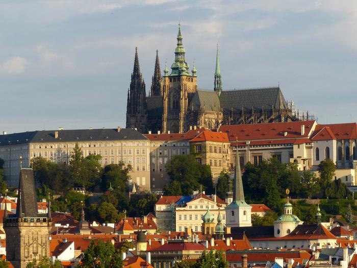 プラハ市内の高台にそびえたつプラハ城は、9世紀にボジヴォイ1世によって築かれた城です。ボヘミア国王、神聖ローマ皇帝の居城であったプラハ城は、現在、チェコ共和国の大統領府として使われています。