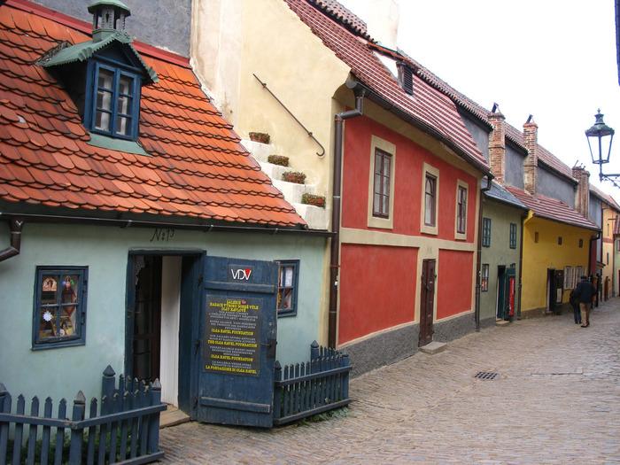 プラハ城内には、黄金小路と呼ばれるひときわ目立つカラフルな壁をした家々が軒を連ねる小路があります。かつての面影を色濃く残す黄金小路は、ここが金属細工職人の住居であった頃から変わらない佇まいをしています。