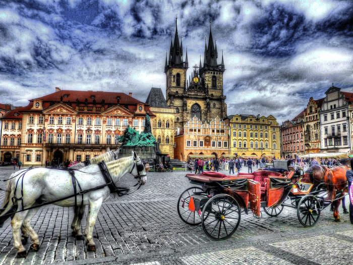 旧市街広場は、プラハの中心部とも言える場所です。パステルカラーをした壁の壮麗な建物、旧市庁舎、天文時計に囲まれた広場の美しさは格別です。