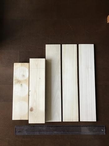 セリアの《板》にワックスを塗ってヴィンテージ感を出します。端材と組み合わせて、ステンシルシートで味付けして完成です。