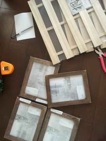 セリアの《フォトフレーム》4つとすのこをワックスでヴィンテージ加工したものを使います。ワックスを塗って、それぞれを組み合わせて作ります。