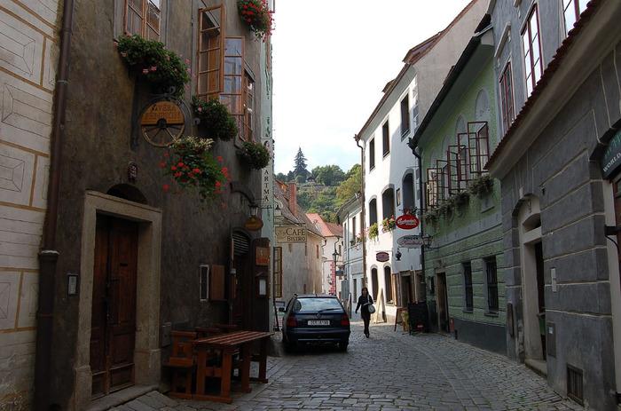 人の往来によってピカピカに磨かれた石畳が敷かれた路地の両横には、古い家々がずらりと軒を連ねています。チェスキー・クルムロは、13世紀に街が築かれてから、そのまま時間が止まってしまったような街です。
