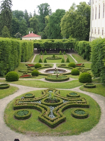 よく手入れされた庭園は芸術的な美しさを醸し出しています。