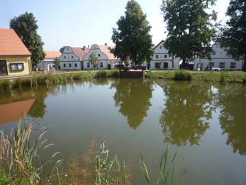 ヴルタヴァ川とマルシェ川が交差する谷に築かれたチェスケー・ブジェヨヴィツェは、古くから水上交易の中継地として繁栄してきました。旧市街を取り囲む運河は、水上交易で栄えた往時の繁栄ぶりを今に伝えています。