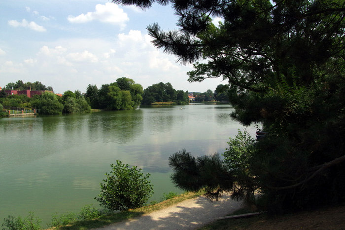 シュチェプニツキー池とウリツキー池に挟まれたテルチでは、池の周辺でも風光明美な景色を臨むことができます。