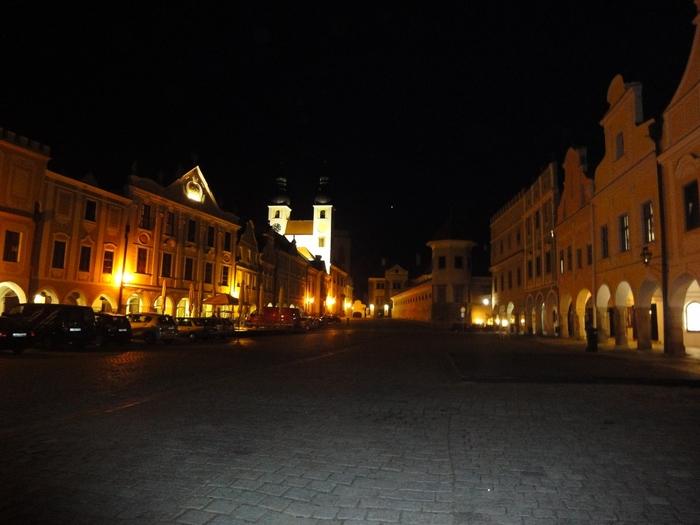 夜になると、旧市街広場は日中とは異なる魅力を放ちます。パステルカラーの壁をした家々の窓からは灯りが漏れ、街をやさしく照らしています。