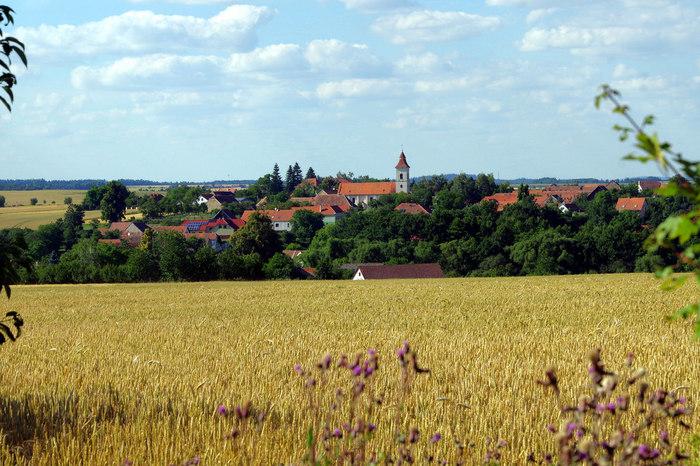 農耕地の間には、小さな町や農村が点在しています。豊かな土壌を象徴する大地と、赤い屋根をした小さな町が織りなし、モラヴィア郊外の農耕地の風景は、絵画のような素晴らしさです。