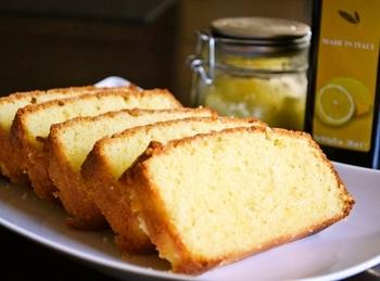 エキストラバージンオリーブオイルは、ヘルシーなオレイン酸、ポリフェノールが含まれた果実のジュース。レモンオリーブオイルと塩レモンをつかったケーキにチャレンジしてみましょう。レシピは下記URLをチェックしてみてくださいね。レモンオリーブオイルの作り方もブログに掲載しています。