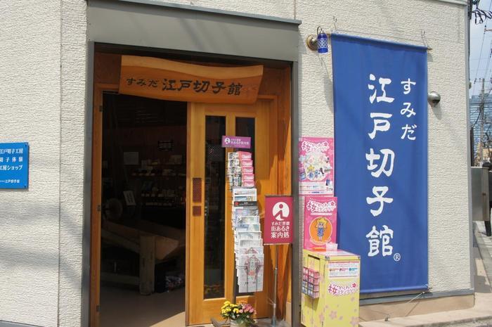 「すみだ江戸切子館」では、好きなグラスに切子紋様を削る体験工房があります。おひとり様から、気軽に体験できます! 体験料は大人で4,000円となっています。1度に4名まで予約可能です。