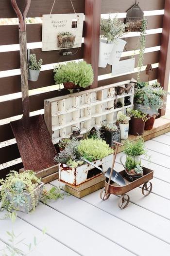 木材とグリーンの相性が、いいのは言わずもがなですよね。古道具などの雰囲気のある小物も、好きなように散りばめればとってもおしゃれな空間になります。