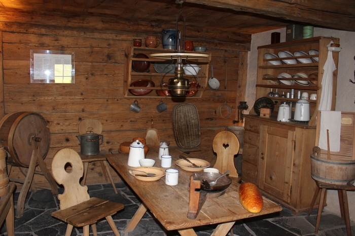 ハイジハウス内部に展示されている19世紀末頃に、実際に山岳地帯の村で使われてきた生活用品からは、ハイジの生活が、山岳地帯ならではの厳しいものでありながらも自然と共存する豊かな生活であったことを物語っています。