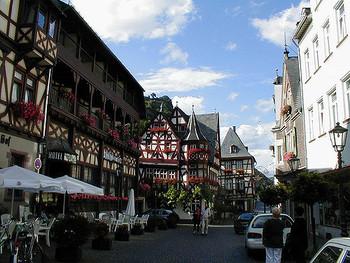 ライン川湖畔に佇むバッハラッハは、古きよき時代のドイツの面影を色濃く残す小さな街です。