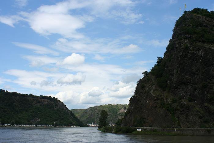 ローレライは、バッハラッハとザンクト・ゴアールスハウゼンの間にあるライン川沿いの巨岩です。ローレライがある場所は、川幅が狭く、流れが速くなるため、昔から舟の事故が多発し、「ローレライ伝説」となりました。