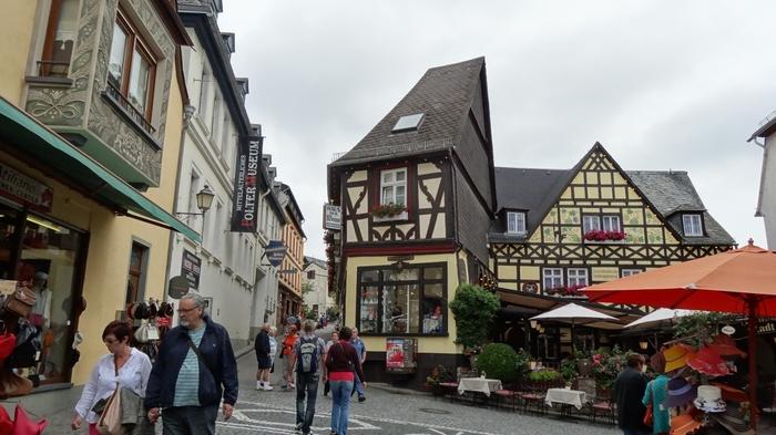 ドイツ中心部を悠然と流れるライン川沿いの街、リューデスハイムは、ライン川クルーズでも最も人気のある街の一つです。石畳が敷かれた路地の両横には、木骨組の可愛らしい家が軒を連ねており、まるでメルヘンの世界のような景色が広がっています。