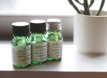 香りを楽しむだけならアロマオイルでもいいですが、エッセンシャルオイル(精油)で期待される効果や本来の濃厚な香りを楽しみたいならエッセンシャルオイルをオススメします。