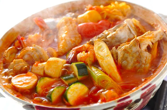 洋風の鍋も時にはいいですね。こちらは、水煮トマト缶と白ワイン、トマトピューレなどを混ぜたスープで、お好みの具材を煮た「トマト鍋」。リコピンもたっぷり摂れて嬉しい♪ シメにはリゾットやパスタが似合います。