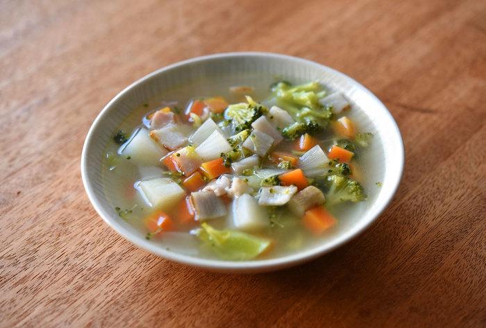 身体を温める根菜がたっぷり入った和風ミネストローネ。和のダシに、ベーコンでコクアップ。じんわり芯から温まるスープで、優しく身体をいたわりましょう。冷蔵庫の残り野菜をたっぷり入れても◎
