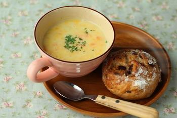 ビタミンたっぷりのカボチャと人参が入った優しい甘さの豆乳スープ。ランチにも良いですね。電子レンジ調理だから、あっという間につくれます。