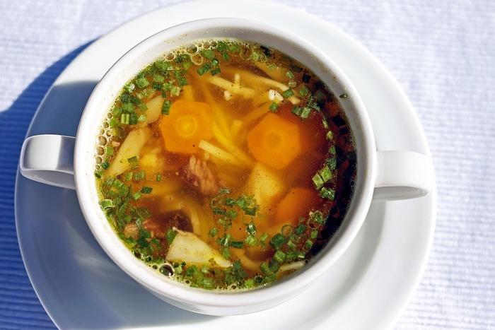 ベジブロスは野菜くずを使ってとったスープのことです。たまねぎの皮も使えるんですね。にんじんの皮、たまねぎの皮、大根の皮など普段使わないで捨てていた部分をとっておいて、溜まったらダシとして使うとエコなスープが作れますよ♪