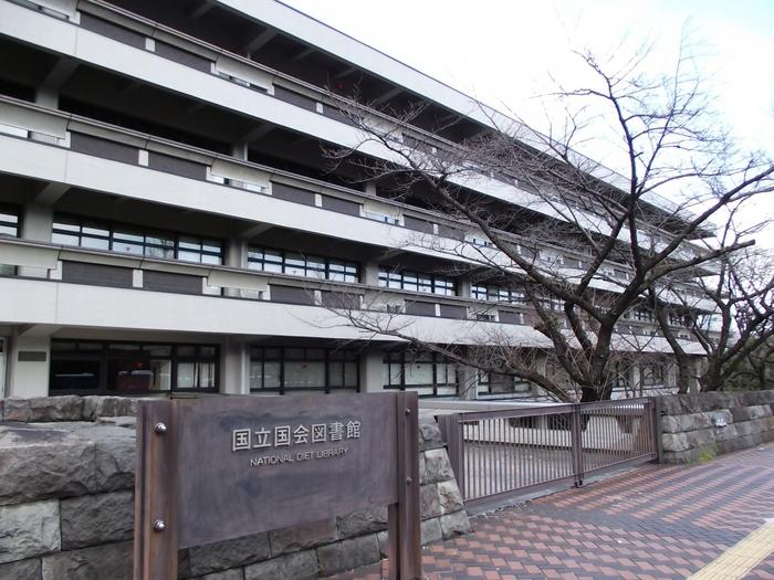 1961年建築の国立国会図書館も前川國男氏の作品のひとつ。コンクリート仕上げのバルコニーはコルビュジエ直系を感じさせる滑らかさと端正さ。最上階のペントハウス部分は青基調の美しいタイル貼りです。50周年を機に耐震補強工事が行われ、2013年に竣工。建築当時のデザインが次の世代に大切に継承されていきます。